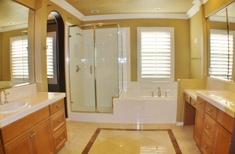 Huge Master Bath with Separate Tub & Shower