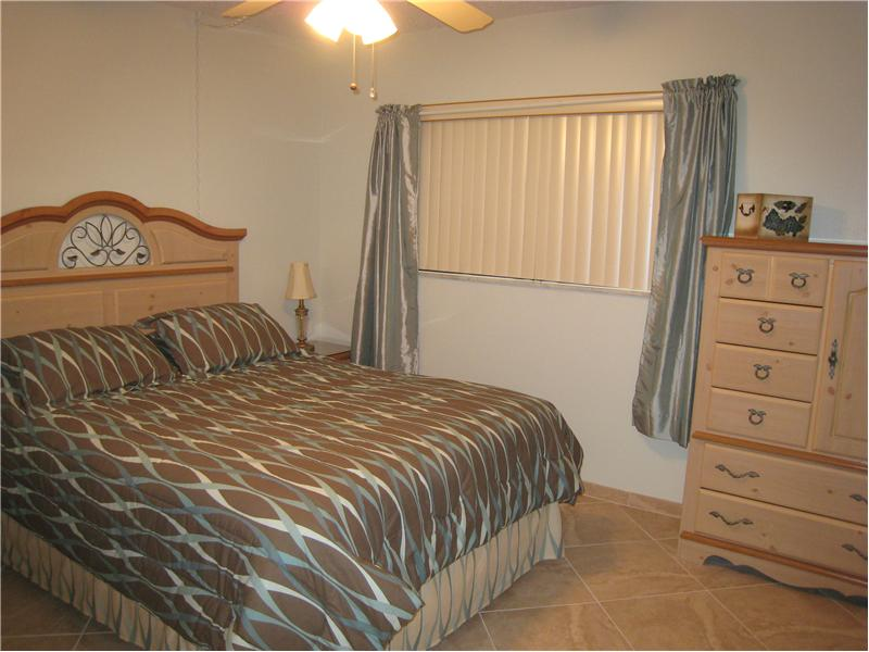 Guest Bedroom - two Double beds!