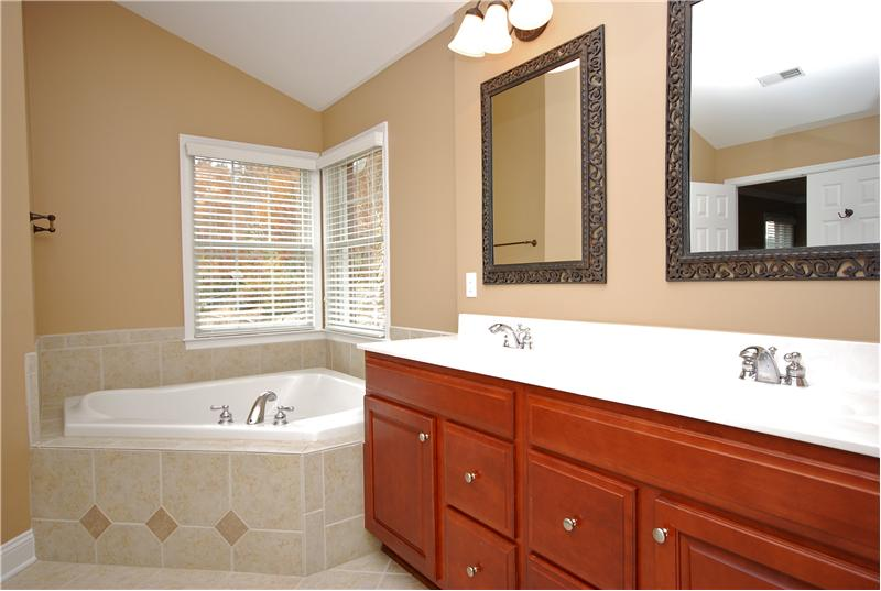 Dual sinks and garden tub
