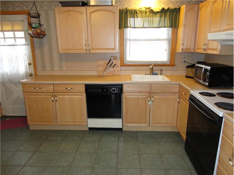 Kitchen - Gorgeous newer cabinets!