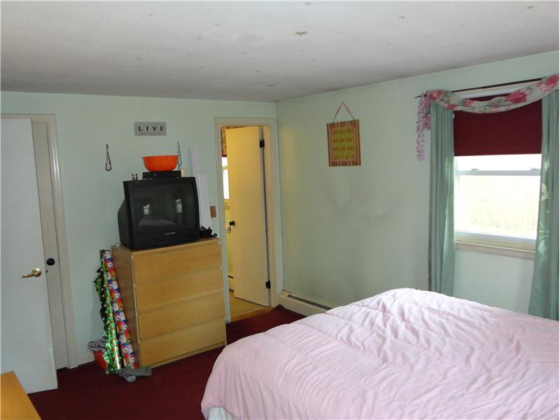Master Bedroom - Offers a full attached bathroom