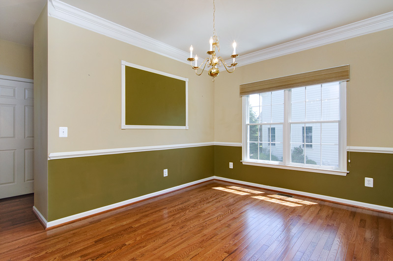 Spacious formal dining room w/crown molding & chair rail