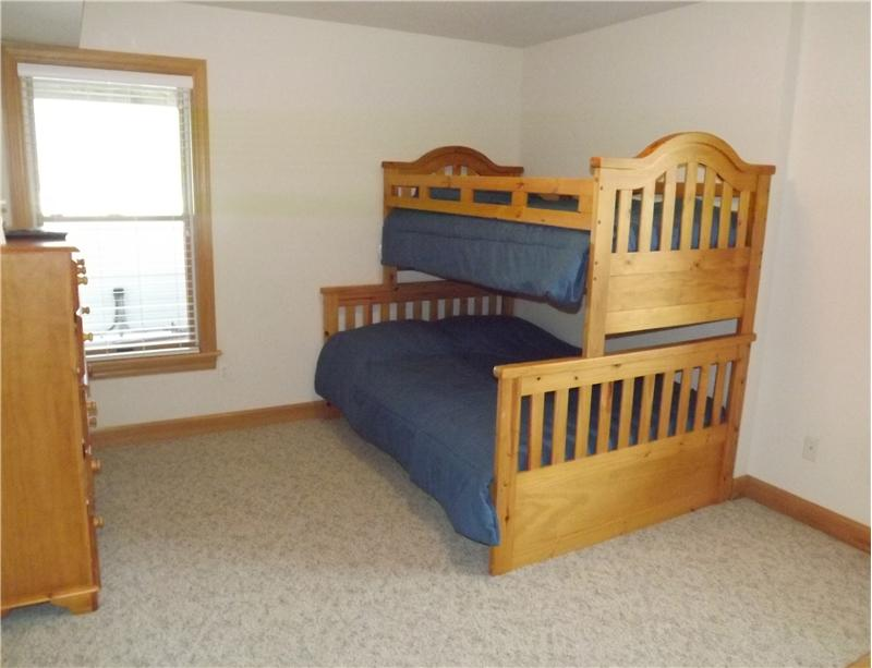 Kids bunk room sleeps 3